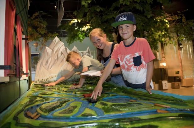 Spelen met water in Natuurmuseum Zaandam foto Bart Homburg